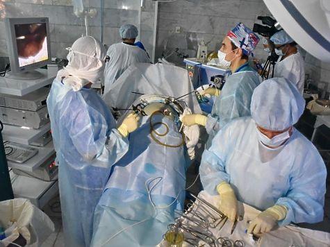 Омские хирурги начали проводить операции соскальпелем без разрезов